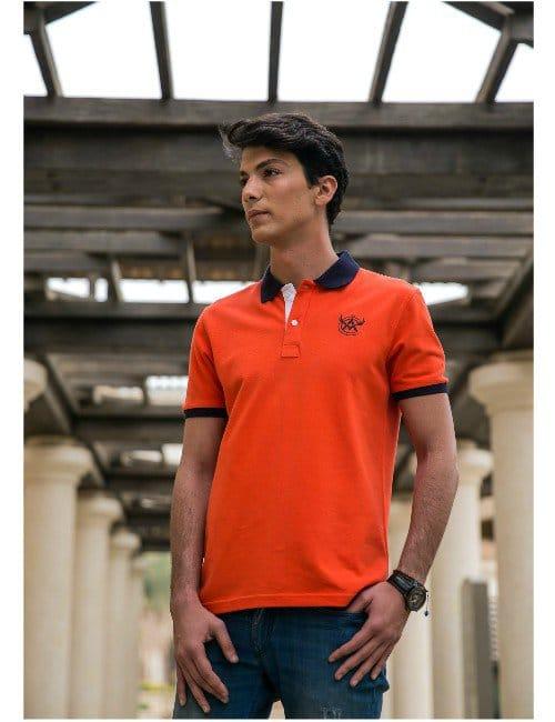 Orange Polo-Shirt.