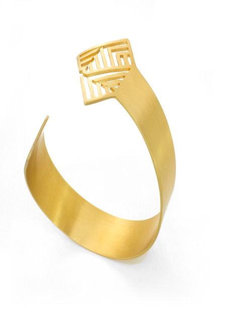 The pattern in gold bracelet